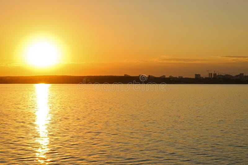 Jaskrawy zmierzch nad jeziorem t?a b??kitny czochr woda Niebo jest pomara?czowy obrazy stock