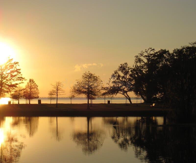 Jaskrawy zmierzch nad Jeziornym Pontchartrain fotografia stock
