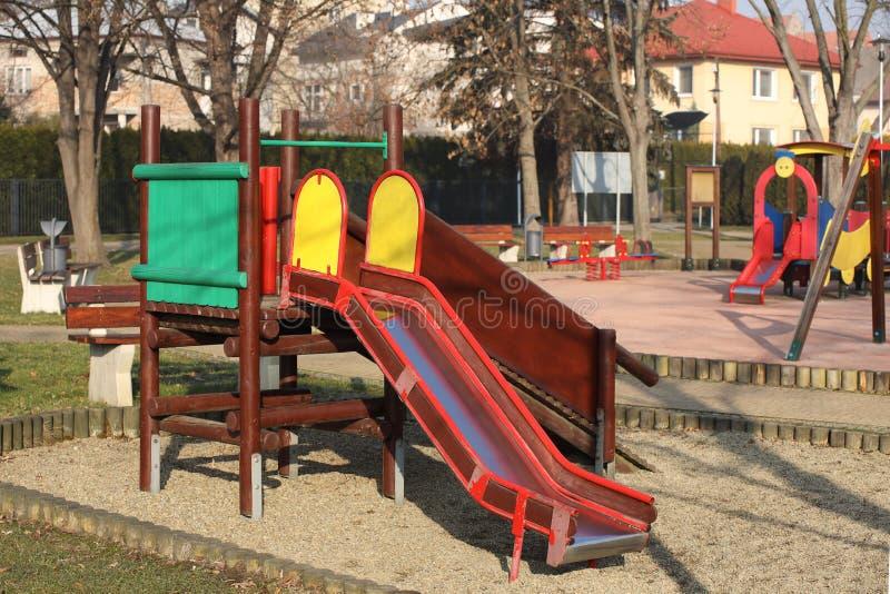 Jaslo Polen - 9 2 2019: barns glidbana för att klättra i parkerar Mång--färgad leksaker för barn Utrustning för aktiv royaltyfri foto