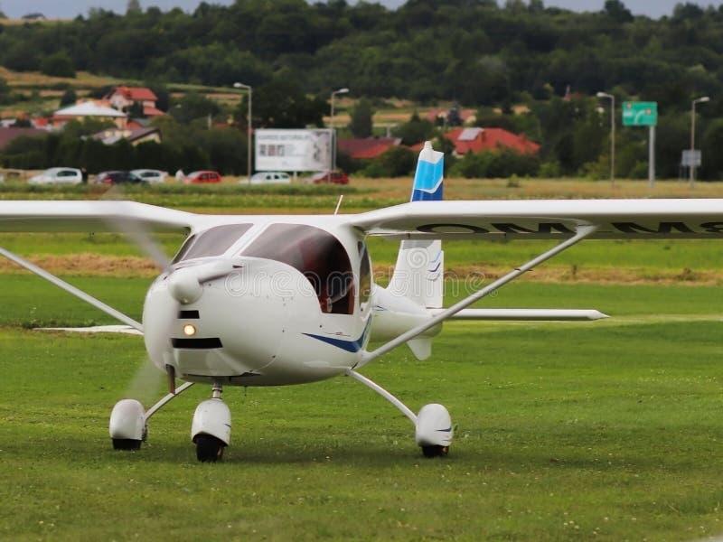 Jaslo Polen - juli 1 2018: För turbopropmotorpassagerare för ljus dubbelt flygplan av vit färg på den gräs- aerodromen av flygfäl arkivbilder