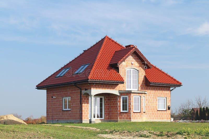 Jaslo Polen - 7 8 2018: Modern design av ett litet singel-familj hus som lokaliseras i en landsbygd Planlägga byggnader och lands arkivfoto
