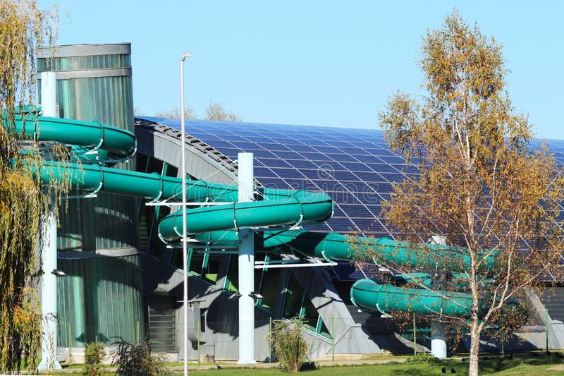 Jaslo, Polen - 10. Oktober 2018: Trägt komplexes Hallenbad mit einem Wassertunnel für extreme frohe Empfindungen zur Schau Design lizenzfreies stockfoto