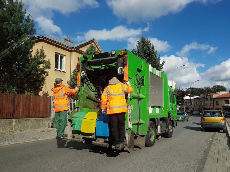 Jaslo, Polen - 09 sept. 2018: Inzameling en vervoer van binnenlands huisvuil door gemeentelijke de dienstwerknemers Controle van  stock afbeelding