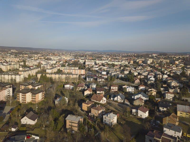 Jaslo, Pologne - 1 3 2019 : Photo de la partie moderne d'une petite ville avec une vue d'oeil d'oiseau Photographie aérienne par  photo stock