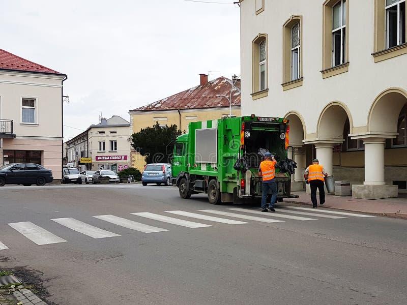 Jaslo, Polonia - 7 de julio de 2018: Colección y transporte de la basura nacional de los empleados municipales del servicio Contr imagen de archivo libre de regalías