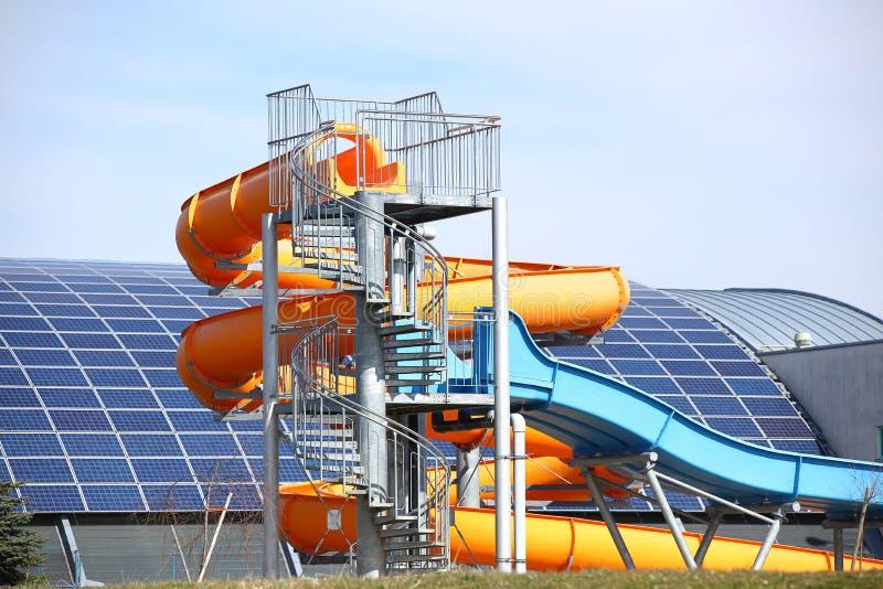 Jaslo, Polska - 9 3 2019: MOSiR miejscy sporty powikłani z salowym basenem z wodnym obruszeniem Używa panel słoneczny dla zdjęcie stock
