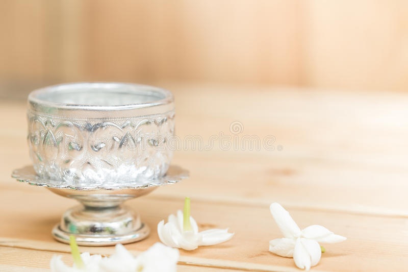 Jasmijnbloem op zilveren dienblad royalty-vrije stock foto's