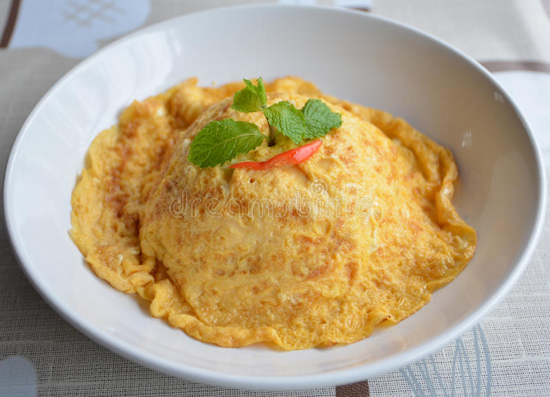 Jasmijnrijst met zachte omelet op bovenkant stock fotografie