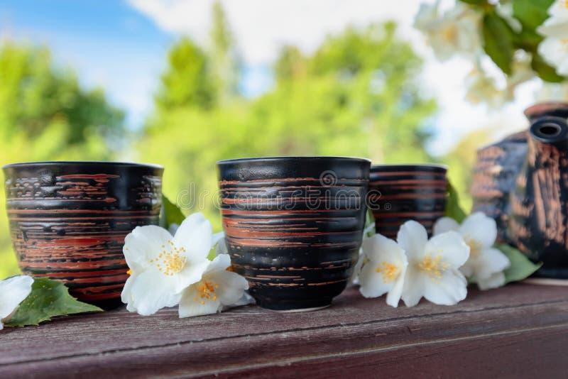 Jasmijnthee in kleine ceramische koppen stock afbeelding