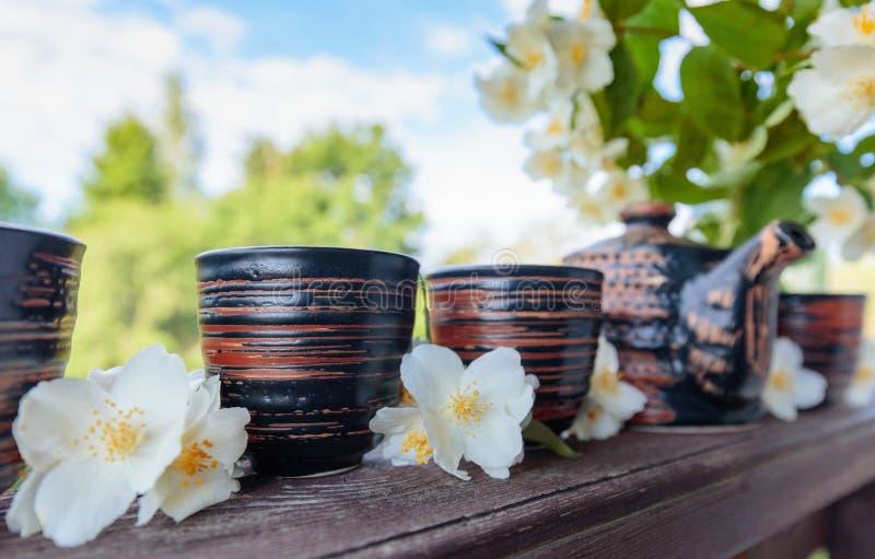 Jasmijnthee in kleine ceramische koppen stock afbeeldingen