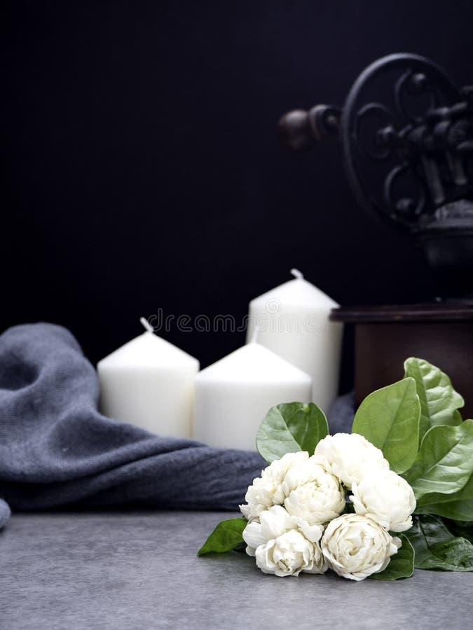 Jasmim e velas no fundo escuro fotos de stock royalty free