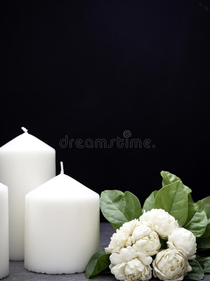 Jasmim e velas no fundo escuro imagem de stock royalty free