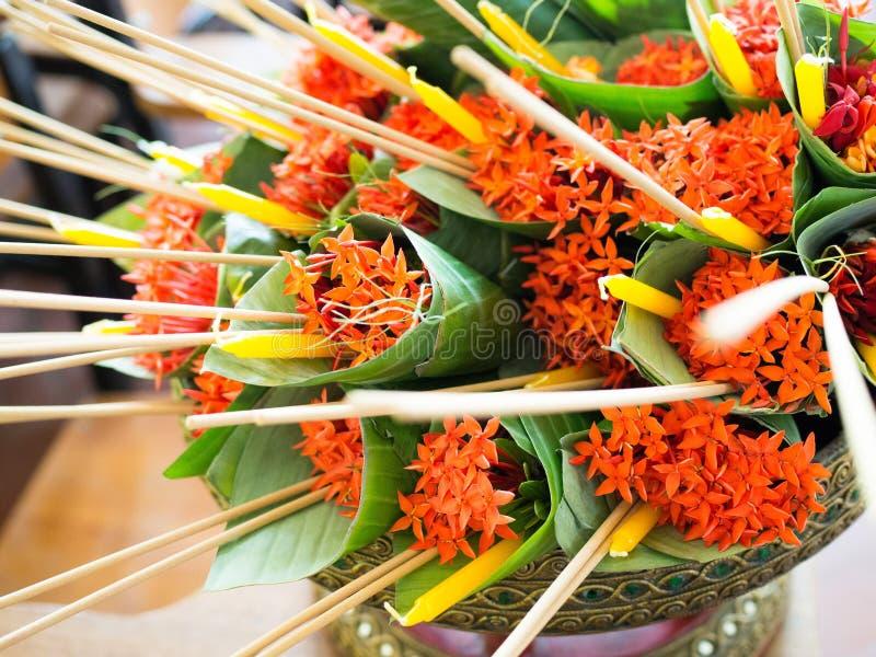 Jasmin eller Ixora för västra indier, rökelsepinne och stearinljus i banan-blad kotten som den är förberedd för en nationell dag  royaltyfria foton