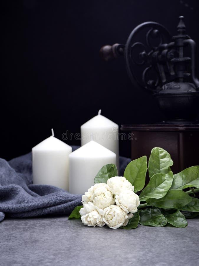 Jasmin et bougies sur le fond foncé photographie stock libre de droits