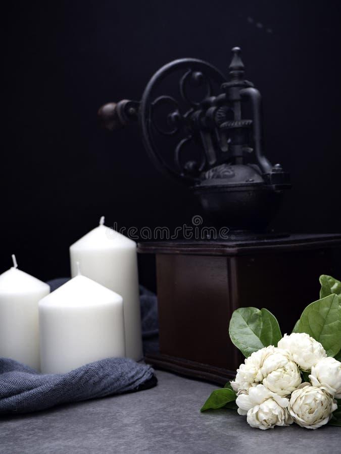 Jasmin och stearinljus på mörk bakgrund arkivfoton