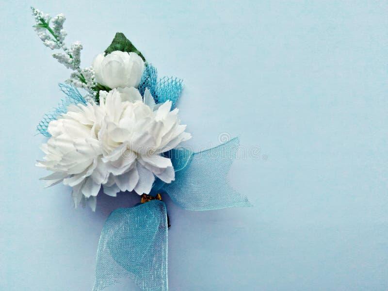 Jasminblumen auf einem hellblauen Hintergrund (künstliche Blumen) stockfotos