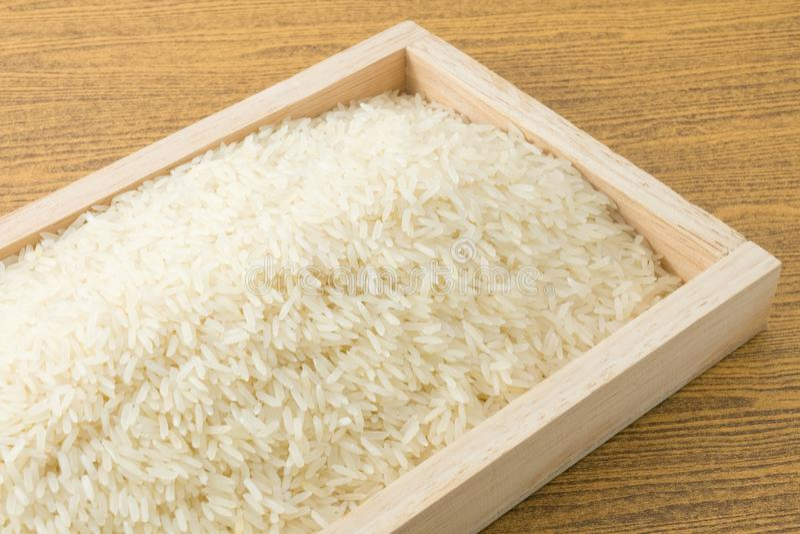 Download Jasmine Rice Thaïlandais Dans Un Plateau En Bois De Brown Image stock - Image du nutritif, organique: 56489779