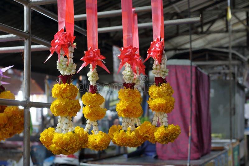 Jasmingirlanden im thailändischen Markt stockfotos