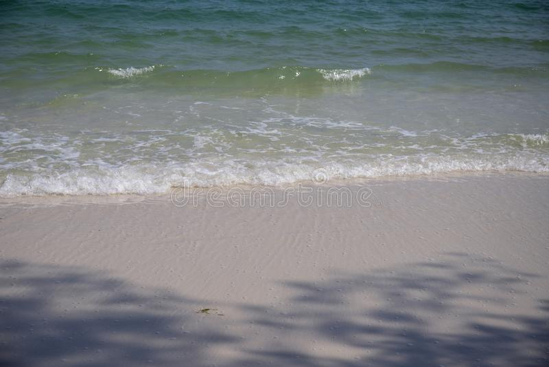 Jasna błękitna woda morska na białej piasek plaży Tropikalna nadmorski fotografia Morze plażowy widok w słonecznym dniu naturalne fotografia stock