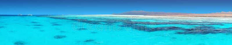Jasna błękitne wody Czerwony morze zdjęcia stock