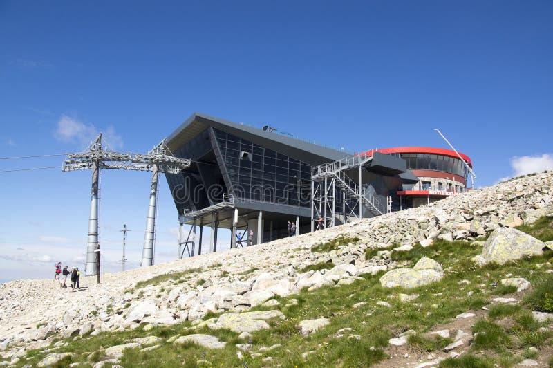 Jasna, construção sob a montagem de Chopok, Nizke Tatry do cabo aéreo, baixo Tatras, baixas montanhas de Tatra, Eslováquia foto de stock