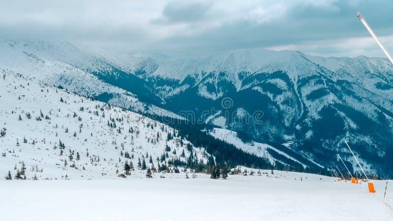 Jasna-Erholungsort, LIPTOV, SLOWAKEI - Februar 2019: Blauer Himmel mit Schneewolken und neuer moderner Aufzug Funitel in Jasna, L lizenzfreie stockfotos
