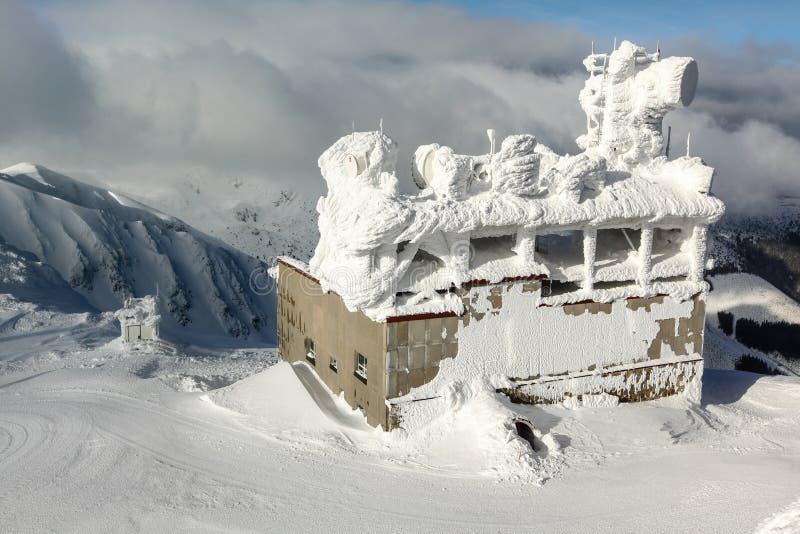Jasna, Eslováquia - 18 de janeiro de 2018: Construção do elevador de esqui, com formiga imagens de stock