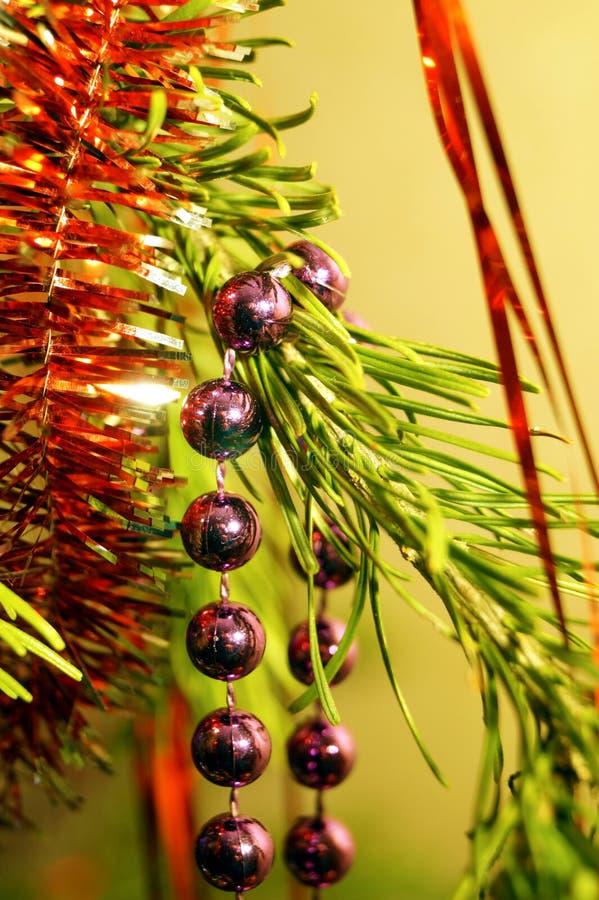 Jasna i błyszcząca dekoracja świąt Bożego Narodzenia i Nowego Roku wisi na zielonym świerku obraz stock