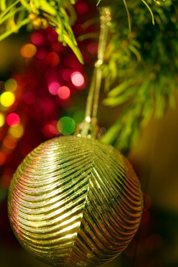 Jasna i błyszcząca dekoracja świąt Bożego Narodzenia i Nowego Roku wisi na zielonym świerku obrazy royalty free