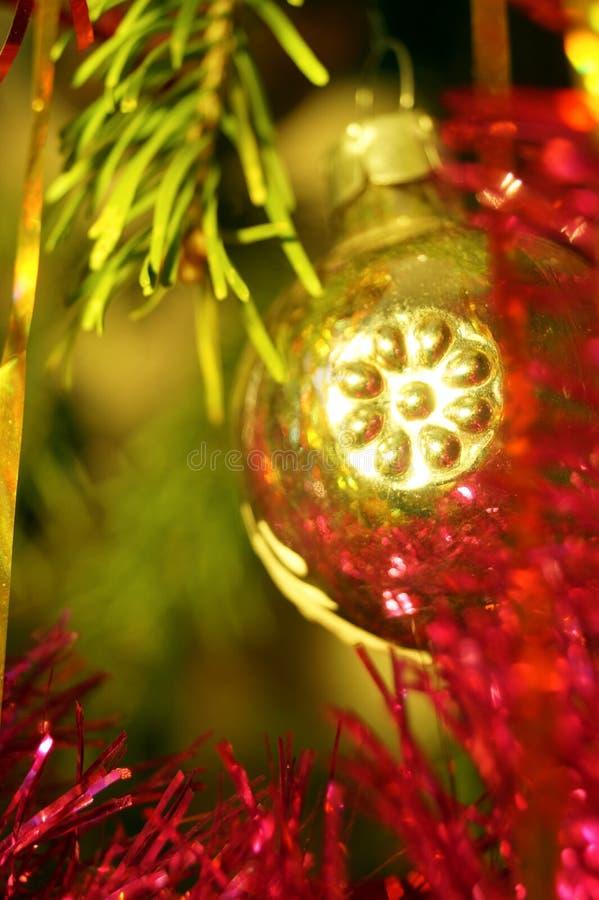 Jasna i błyszcząca dekoracja świąt Bożego Narodzenia i Nowego Roku wisi na zielonym świerku obraz royalty free