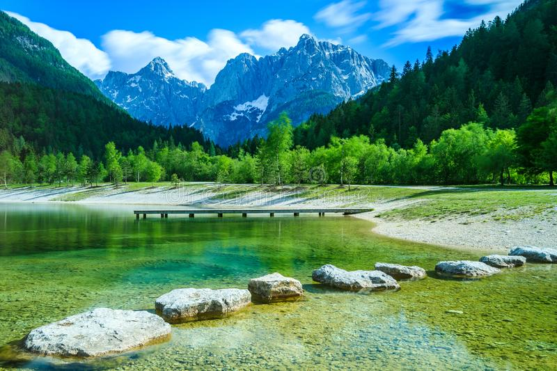 Jasna Lake och Julian Alps i Kranjska Gora Slovenia arkivbilder