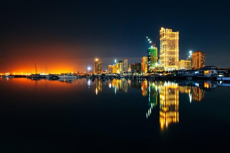 Jasna Mroczna linia horyzontu Manila miasto i Manila zatoka zdjęcie stock