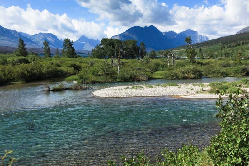 Jasna rzeka z górami zdjęcia royalty free