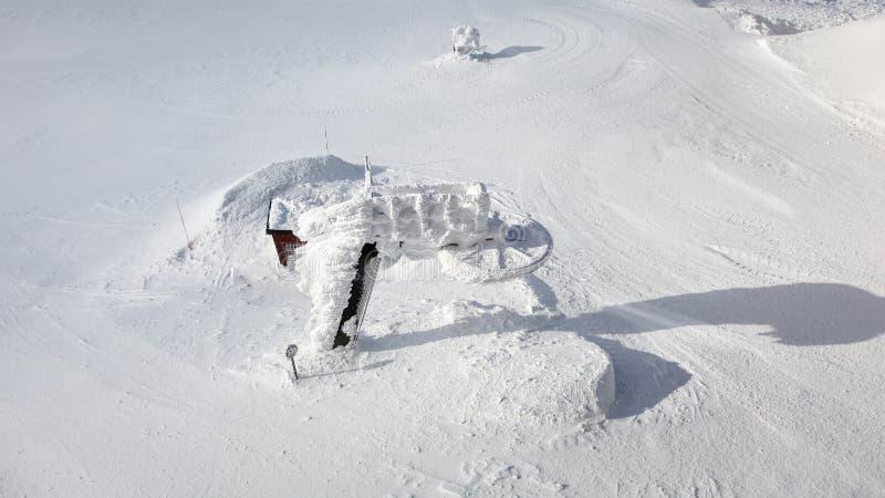 Jasna, Slowakei - 18. Januar 2018: Alter unbenutzter Skiaufzug fast c stockfotografie