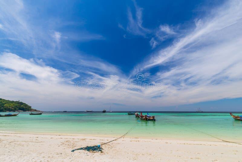 Jasna woda i niebieskie niebo przy raj wyspą w tropikalnym morzu Tajlandia zdjęcie royalty free
