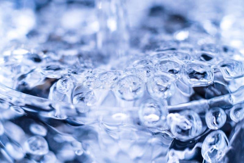 Jasnej czystej ciecz wody rzadkopłynny zgłębianie w szkło zamkniętego w górę abstrakta obraz royalty free