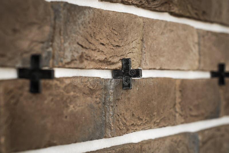 jasnobrązowy ściana z cegieł w przekątnie zdjęcie royalty free