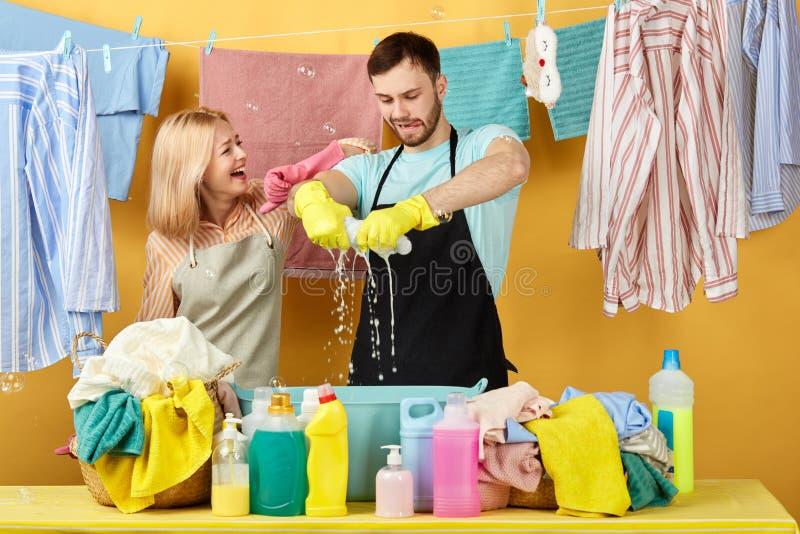 Jasnogłowa żona utrzymuje jej rękę na mężczyzny ramieniu i ogląda płuczkowego proces fotografia stock