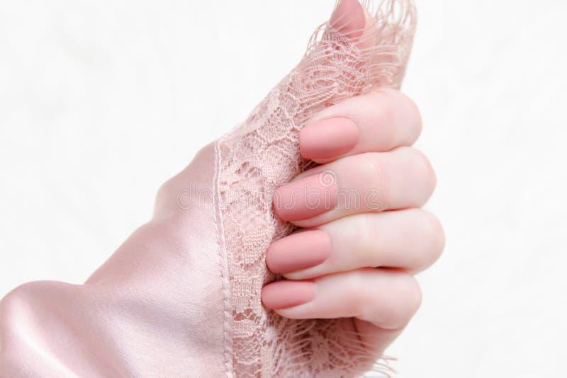 Jasnoróżowa koronka w żeńskiej ręce Piękno manicure Modny conc obrazy stock