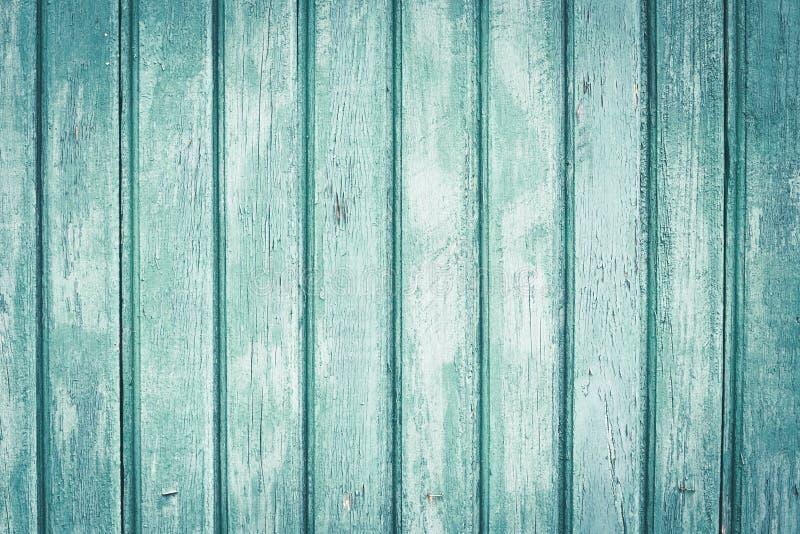 Jasnozielony drewniany ogrodzenie w liniach Drewniane malować deski z scuffs stary tekstury drewna t?o kosmos kopii Obdrapany dre obrazy royalty free