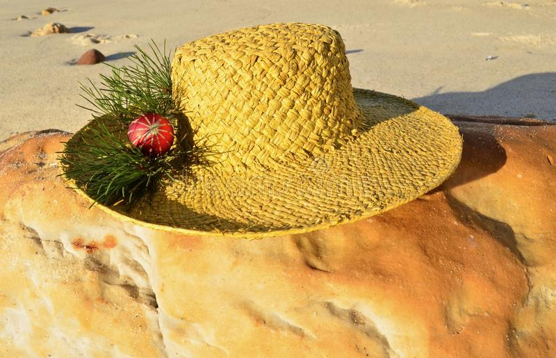 Jasnozielonych bożych narodzeń Plażowy kapelusz na plaży, czerwona błyskotliwości dekoracja na wapno słomianym kapeluszu, boże na zdjęcie stock