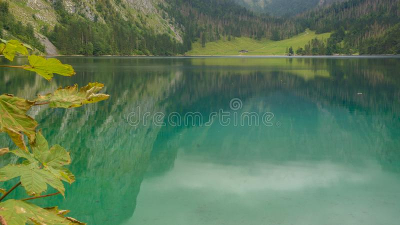 Jasny błękitny halny jezioro w niemieckich alps obraz stock