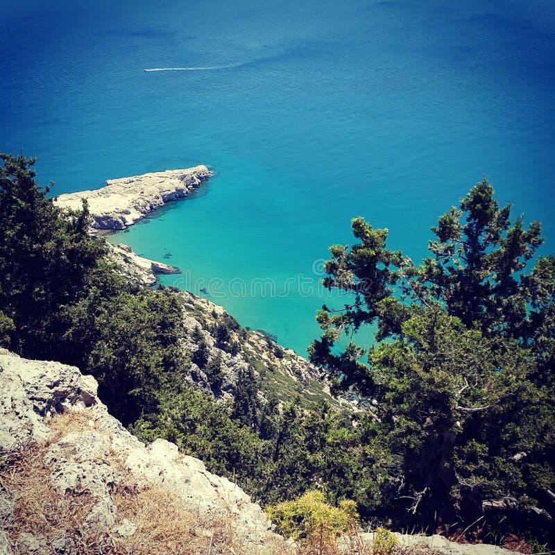 Jasny błękitne wody widok Grecja zdjęcia royalty free