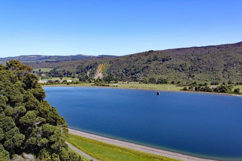 Jasny błękitny rezerwuar ustawiający w wzgórzach w Północnej wyspie, Nowa Zelandia fotografia stock