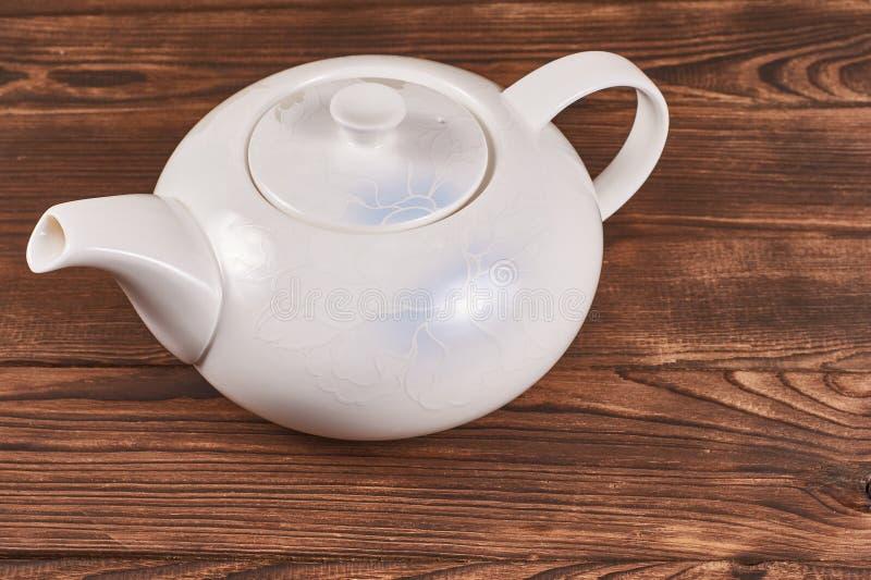 Jasny biały ceramiczny czajnik zdjęcie stock