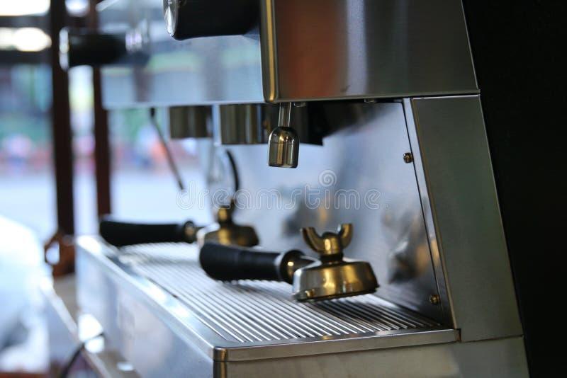 Jasny butelki umieszczać w sklep z kawą obraz stock