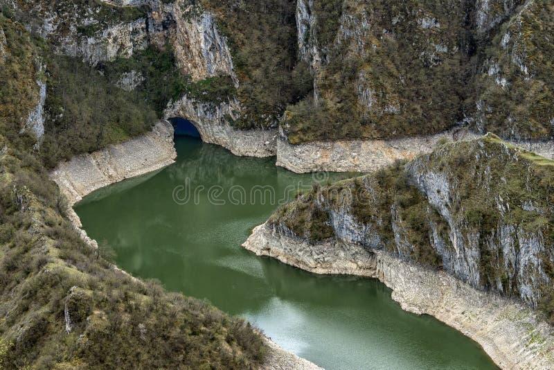 Jasny i czysty rzeczny Uvac w Serbia z meanderami zdjęcia royalty free