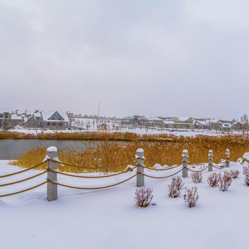 Jasny Kwadratowy klub przegapia jezioro i domy przeciw chmurnemu niebu na mro?nym zima dniu obrazy royalty free
