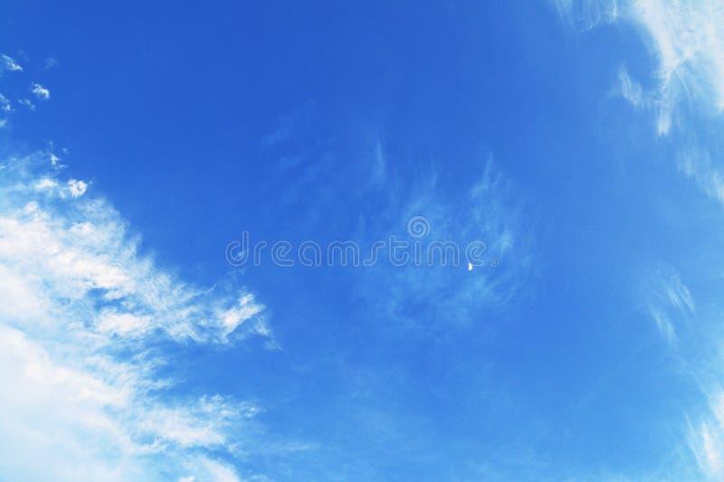 Jasny niebieskie niebo i chmury obraz stock