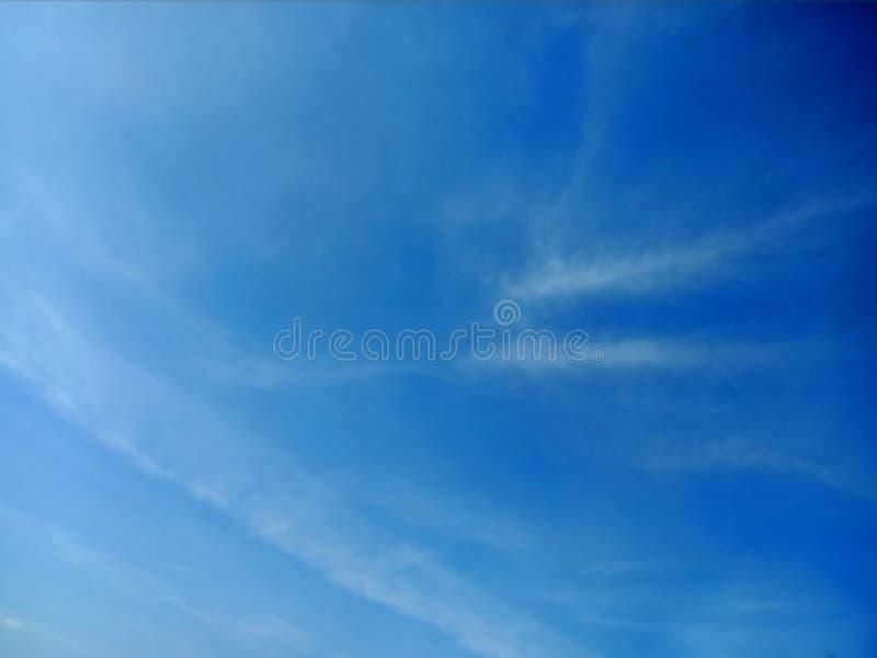 Jasny niebieskie niebo i chmury zdjęcia stock